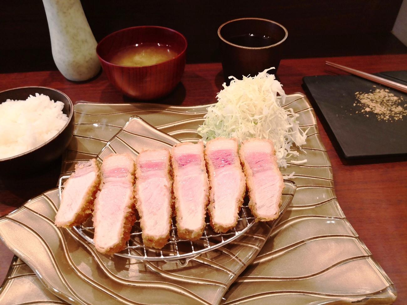 有名な大阪のとんかつエペのコーディネート