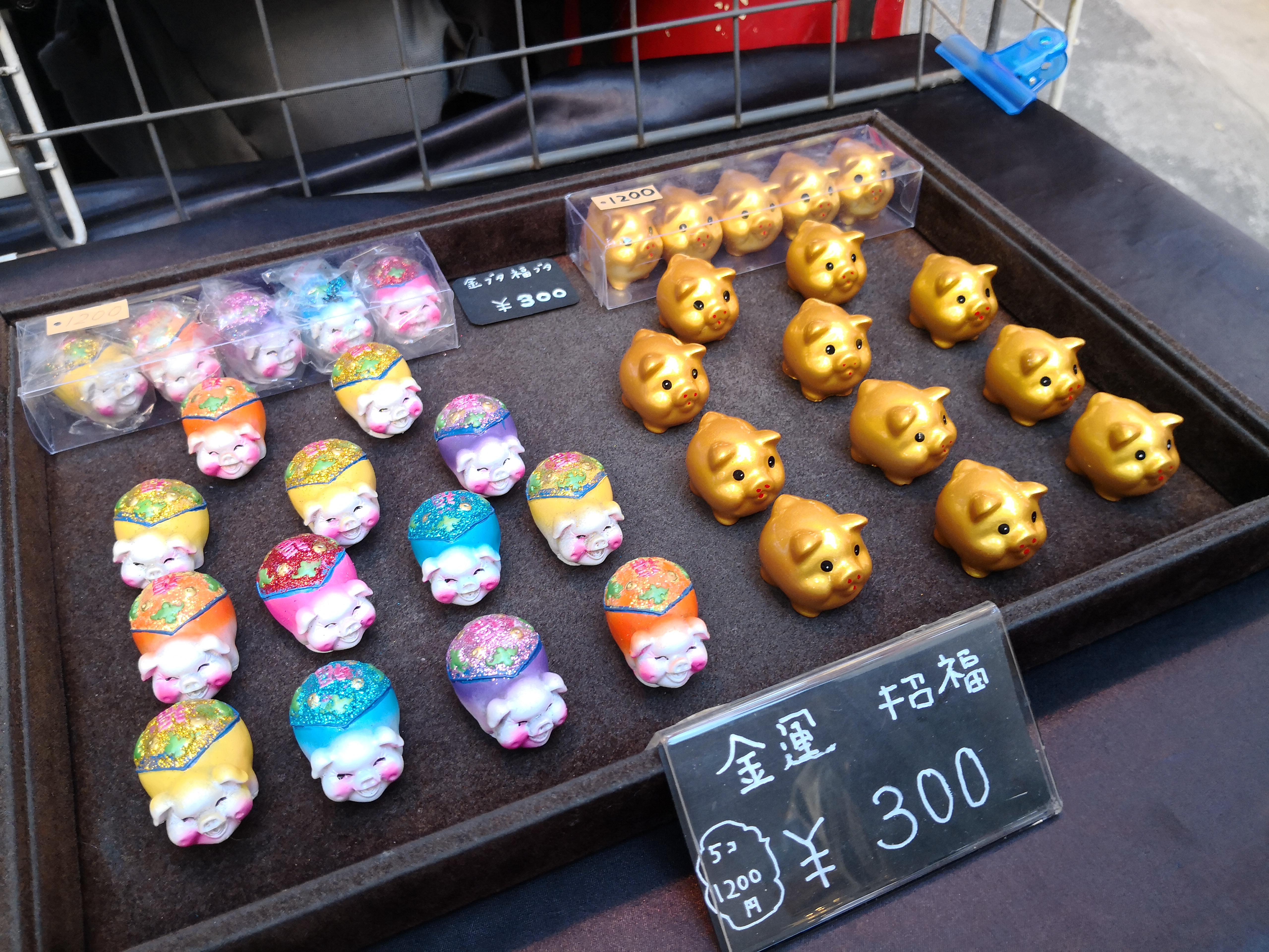 まとめ買いで安くなる豚の置物