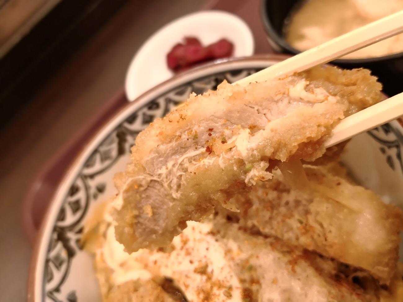 羽田空港とんかつかつ丼のアップ フードコート