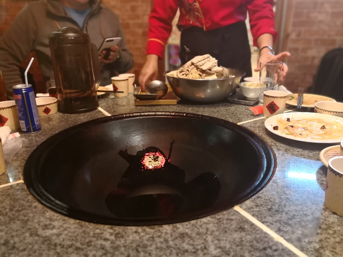 テーブルに埋め込まれた鍋