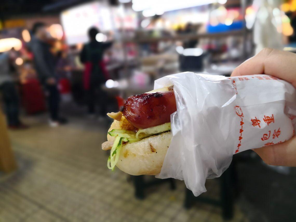 食べ歩きできる士林夜市の大腸包小腸