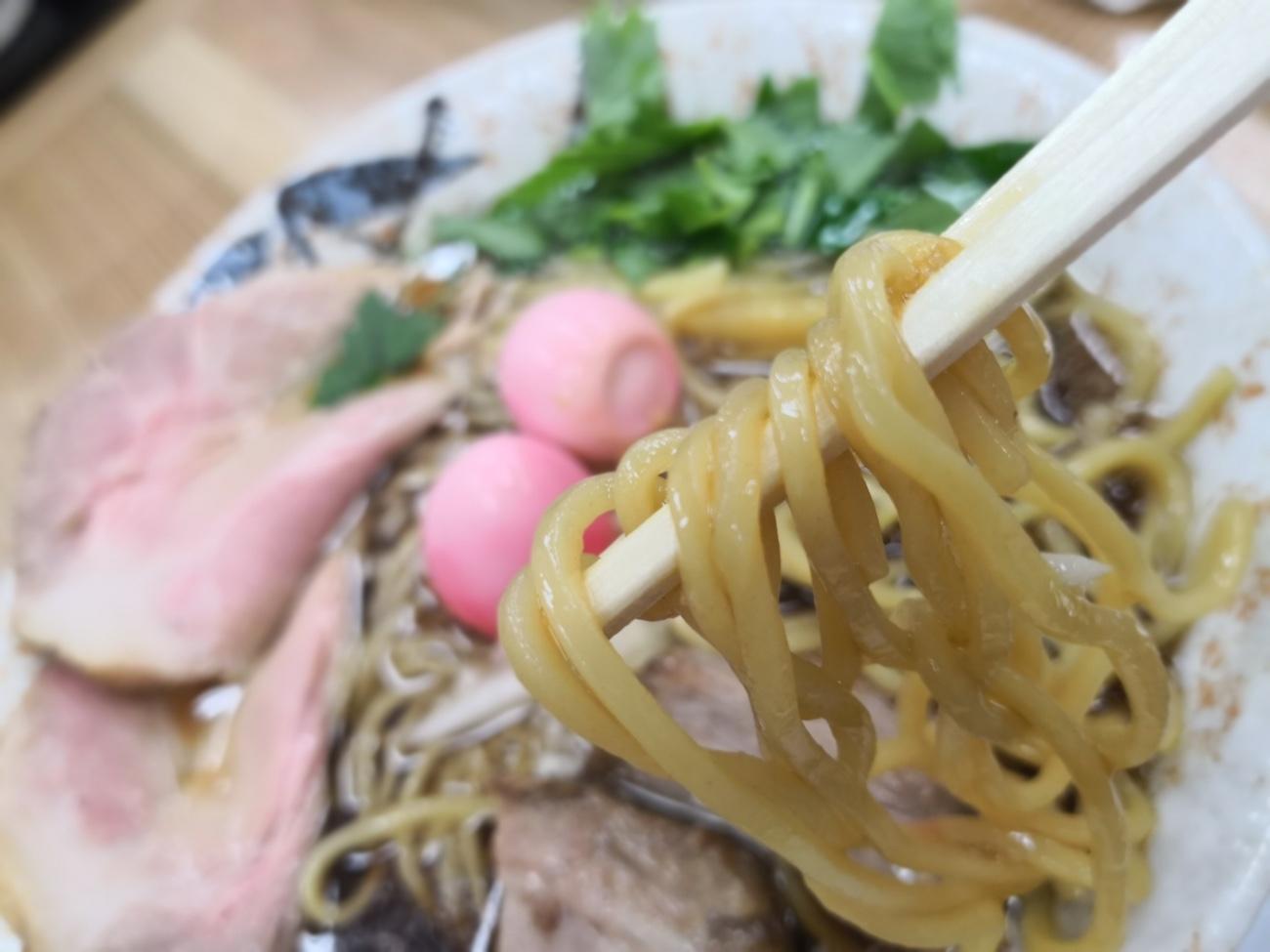 麺に味が染みている仮麺浦和のラーメン