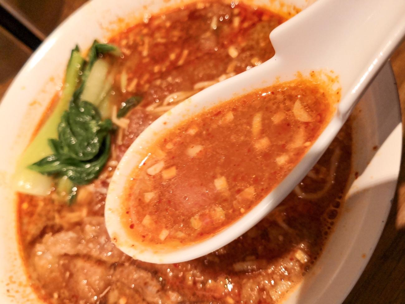 渋谷 排骨担々麺れんげのごとくのスープ