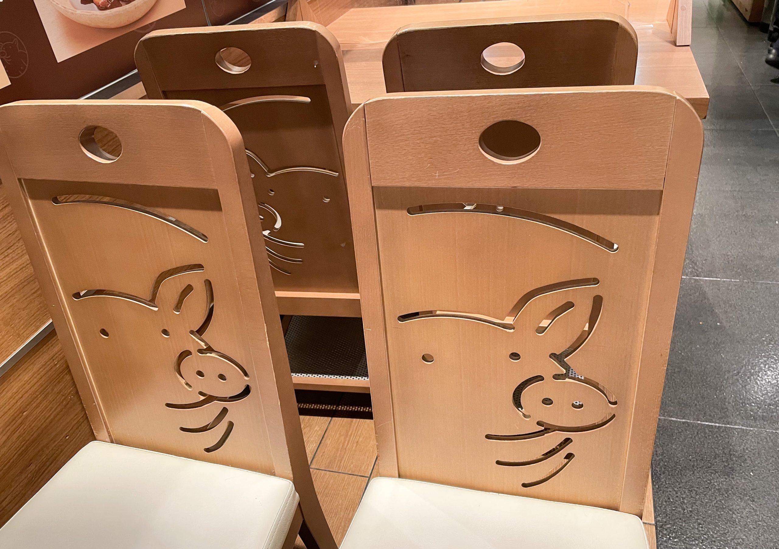 矢場とん 東京駅グランルーフ店の椅子