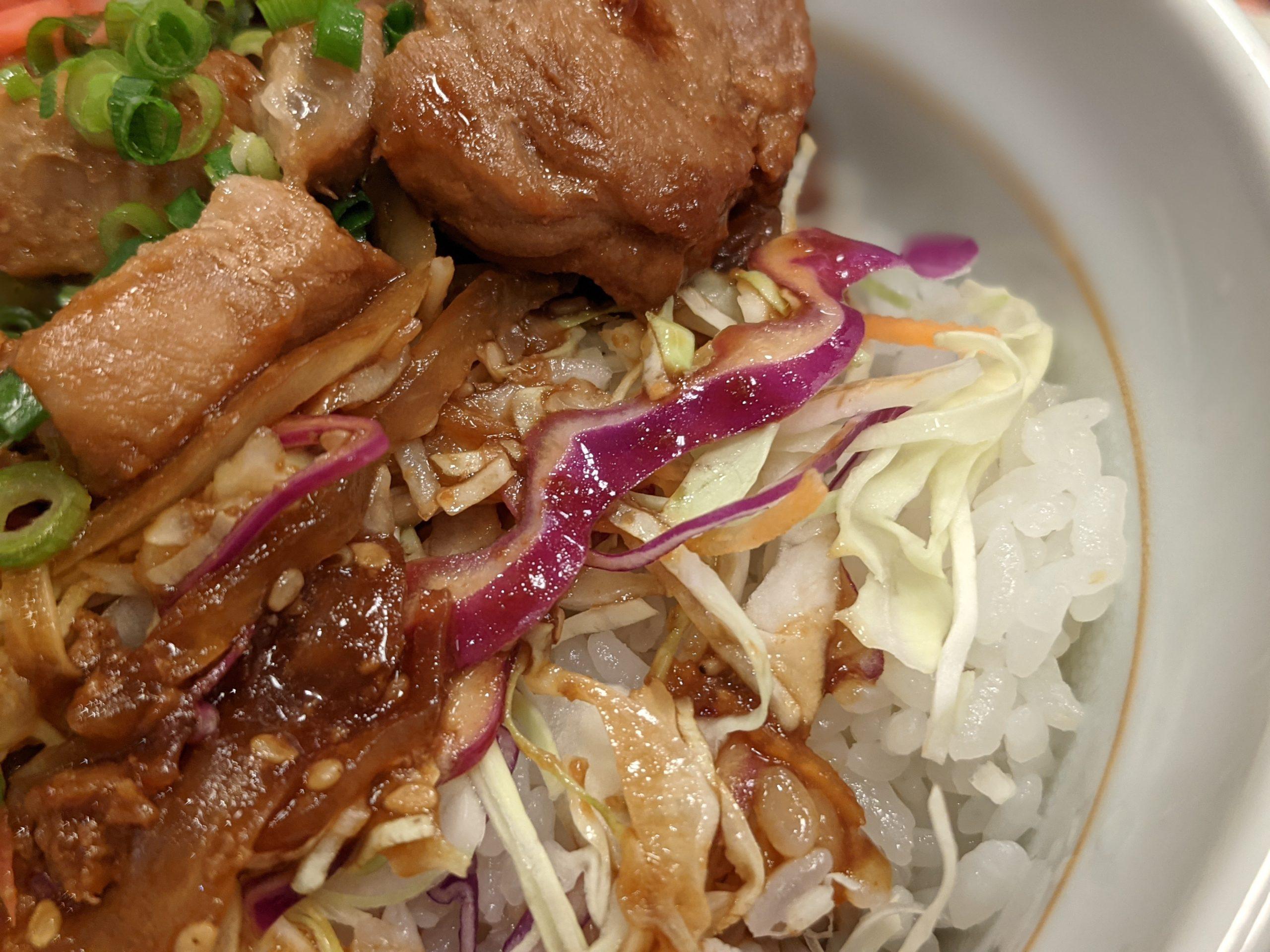 トンテキ丼のご飯とキャベツ なか卯
